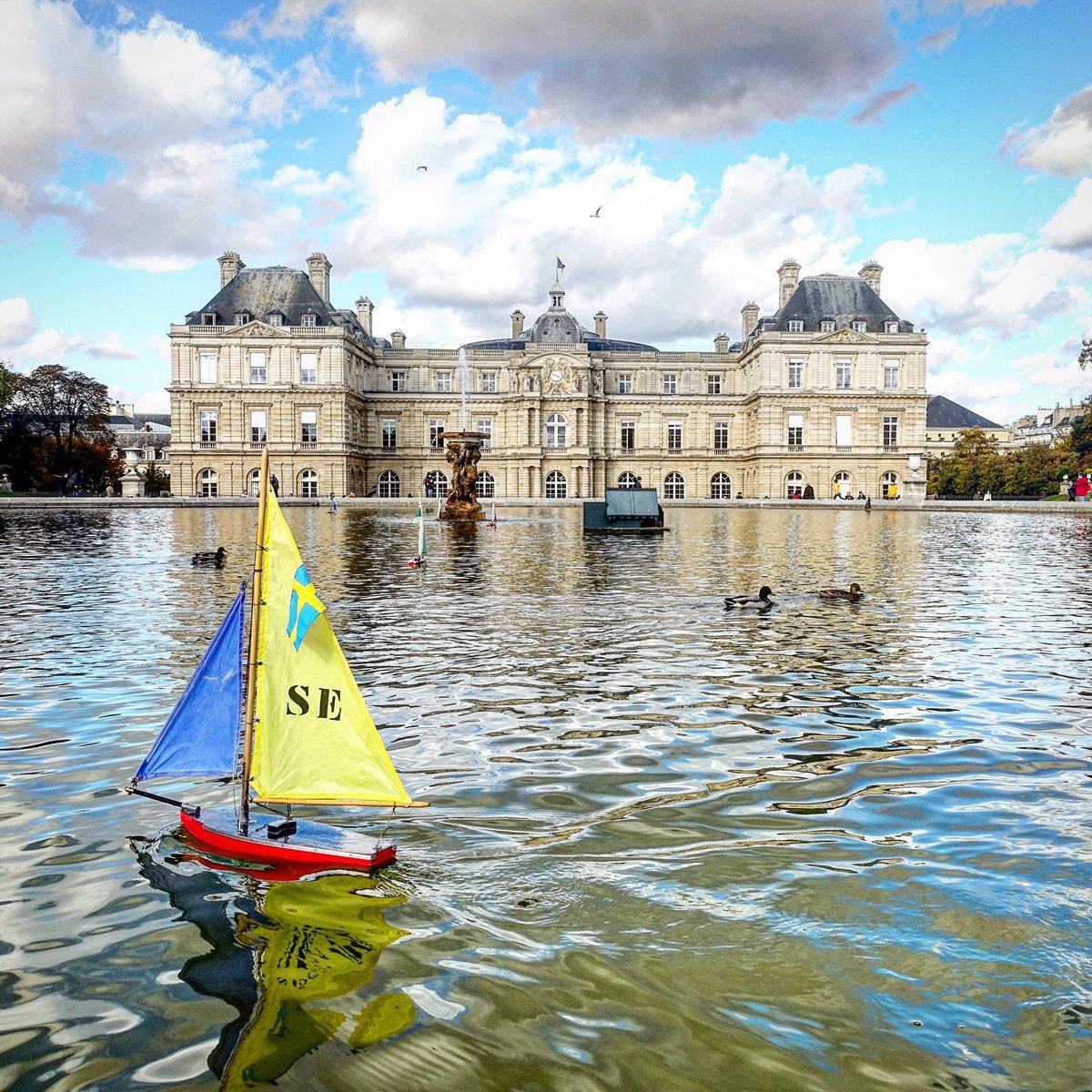 Au jardin du Luxembourg, petits bateaux, nostalgie d'enfance face au palais du Sénat - Paris 6  #parisladouce #paris #pariscartepostale #parisjetaime #cityguide #pariscityguide #paris6 #jardinduluxembourg #streetsofparis #thisisparis #parismaville #saintgermaindespres
