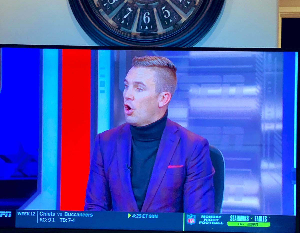 The only thing worse than @11carlosV's penalty tonight? @TaylorTwellman's turtle neck. #SoundersMatchday #SEAvLAFC #MLSCupPlayoffs