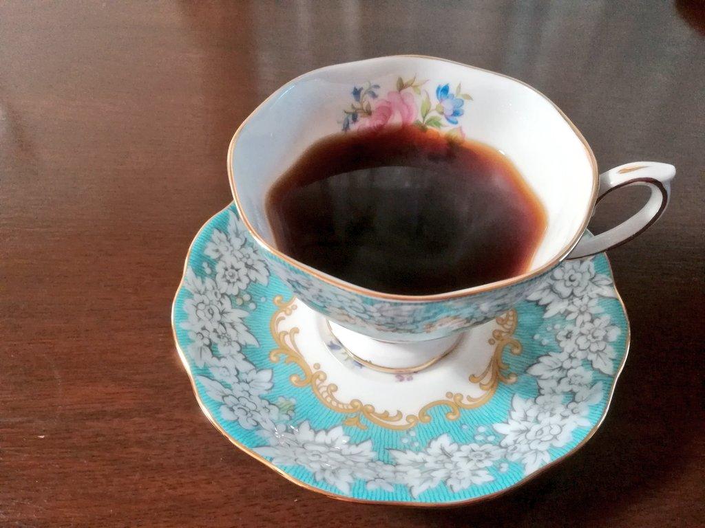 今日のコーヒー。帰宅してすぐに家中開けて二階、一階とワイパー&掃除機。やっと一息。自分でよく頑張りましたって、必要なこと。人に美味しいものを淹れたり作ったりは好ききですが自分もいたわらないと。それにしても薄ら寒い日ですね☕