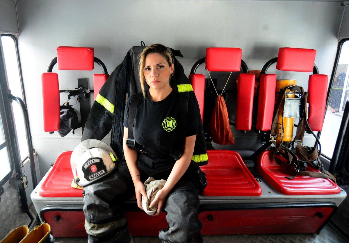 Lumila es bombera desde hace cinco años y ya pasó por cientos de incendios en La Plata. Su vida está marcada por el cuartel y durante la pandemia su rol se volvió fundamental para asistir a los más vulnerables.   Acá está Lumila, Acá está #LaPlata https://t.co/sNOSpe6vTc
