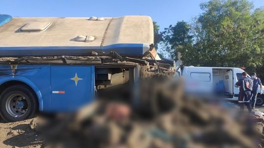 Acidente entre ônibus e caminhão deixa mortos no interior de SP. Há ao menos 12 pessoas gravemente feridas  #G1