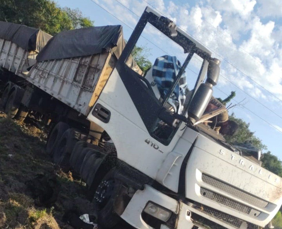 Segundo a Polícia Militar, acidente entre ônibus e caminhão deixou mais de 20 mortos   #G1