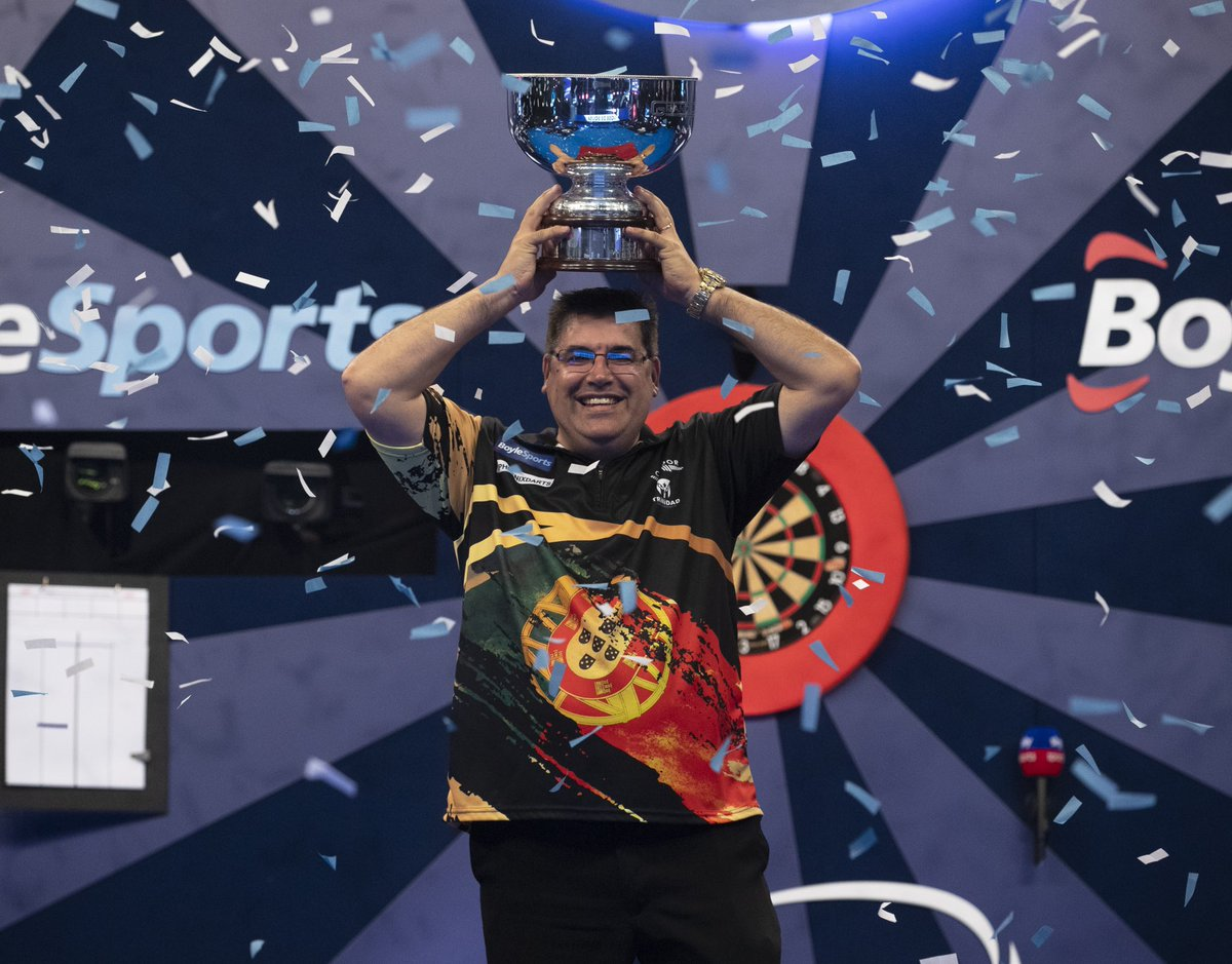 Sports pic of the day: Former kitchen fitter Jose de Sousa claimed his first major title with a 16-12 win against @JamesWade180 in the final of the @OfficialPDC Grand Slam of Darts https://t.co/4fpxt1LSnX