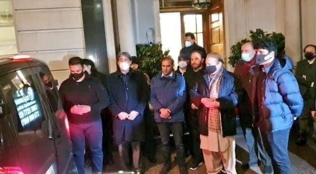 تمام پٹواریوں اور نون لیگیوں کو اطلاع دی جاتی ہے کہ لندن سے ایک لاوارث میت لاہور آ رہی ہے لندن میں اس کا کوٸ وارث نہ تھا جو اس کے ساتھ آ سکتا، لہذا کارگو سے آنے والی اس لاوارث میت کو لاہوری دفن کریں اور ثواب پائیں پھر نا کہنا  #حکومت_نے_اطلاع_نہیں_دی  @ImranKhanPTI