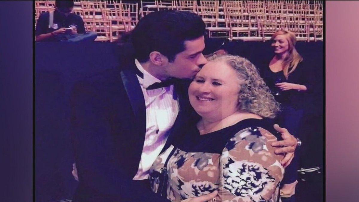 La mamá de Eleazar Gómez dijo a los medios que ella y su familia apoya 100% al actor y que siempre fue un