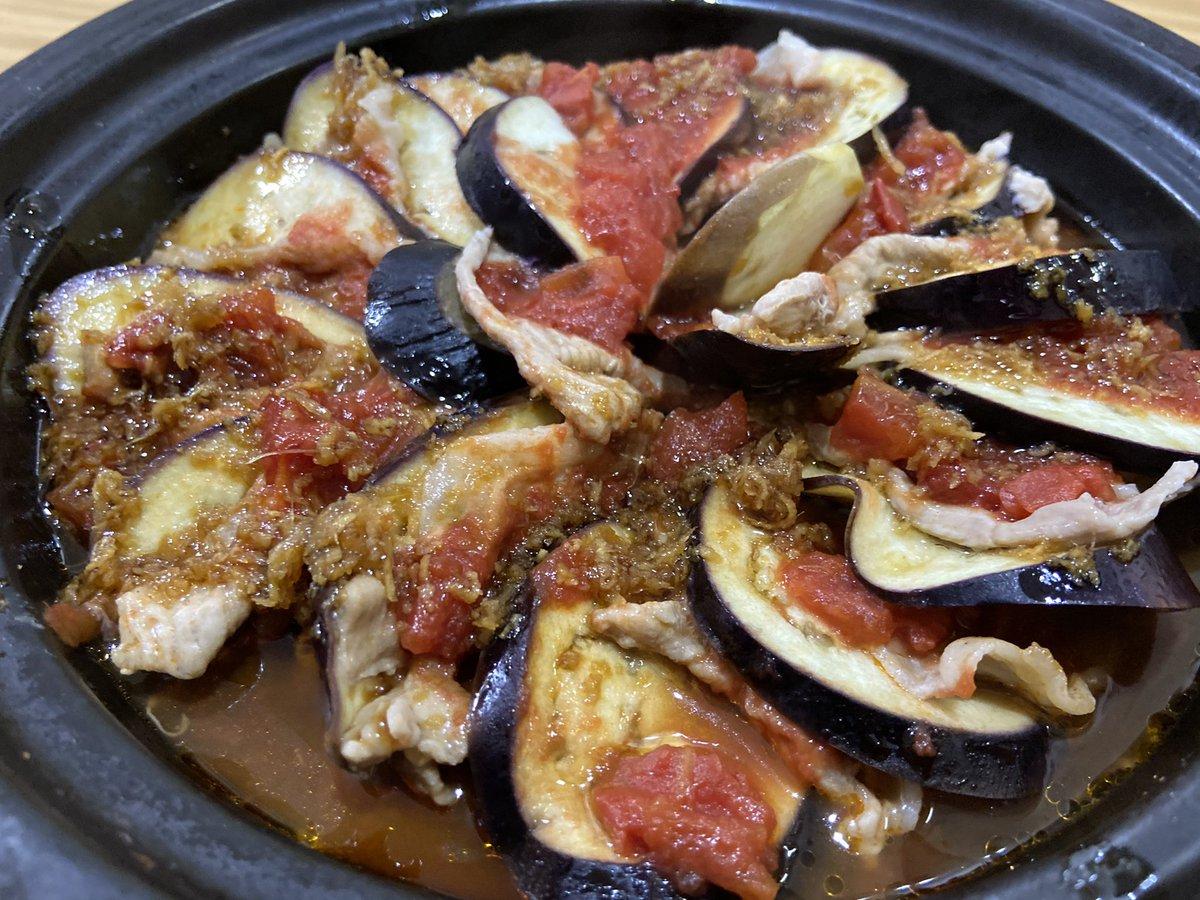 耐熱皿がなかったからタジン鍋使ってトマトたくさんなかったからトマト缶使って交互に並べてレンジでチンするのみ。豚バラ指定だけど豚の細切れ。美味しかった!