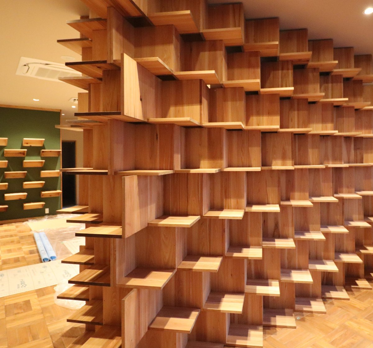 単純な形をひねって重ねた。本を早く並べてみたい。  #07beach #本棚 #絵本 #インテリアデザイン#建築#店舗デザイン#カフェデザイン#レストランデザイン#工事中#内装デザイン #木工事 #家具工事 #図書喫茶#ブックカフェ#図書喫茶カンタカ https://t.co/lSZ2Jsovfz