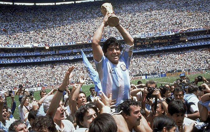Una imagen imborrable. El 10 Argentino levantando la copa mundial en #México 1986   Descansa en paz Diego #Maradona   #d10s