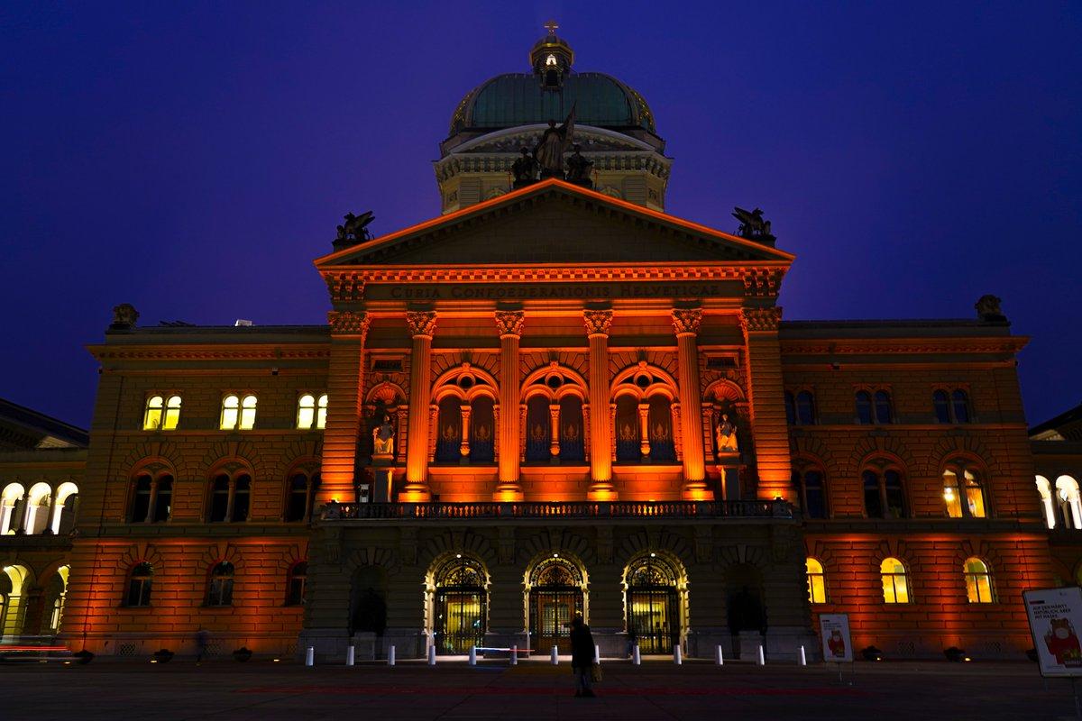 Das Bundeshaus leuchtet Orange. Wieso? Weil Gewalt gegen Frauen immer noch Realität ist. Zum Start der #OrangeTheWorld Kampagne setzt die 🇨🇭 ein klares Zeichen 👉 #StopViolenceAgainstWomen