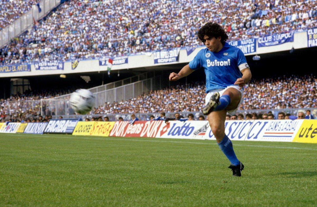 Simbolo di 2 popoli: argentino, per diritto di nascita; napoletano, per destino. Ma #Maradona non appartiene solo a loro: è stato capace di unire i tifosi di tutto il mondo nel segno di giocate incredibili, ispirate dal suo mitico piede sinistro.    Addio, numero 10.