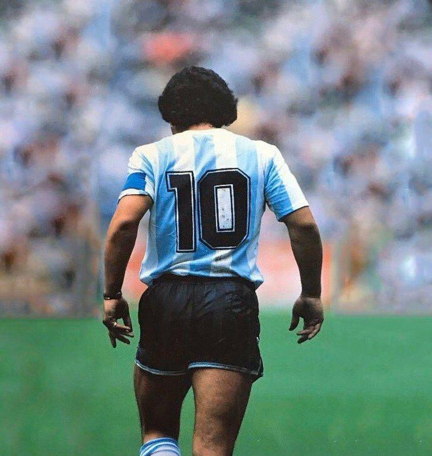 """""""O mais humano dos deuses"""". Meu maior ídolo do futebol. Não consigo me despedir  Obrigada por tudo, Diego"""