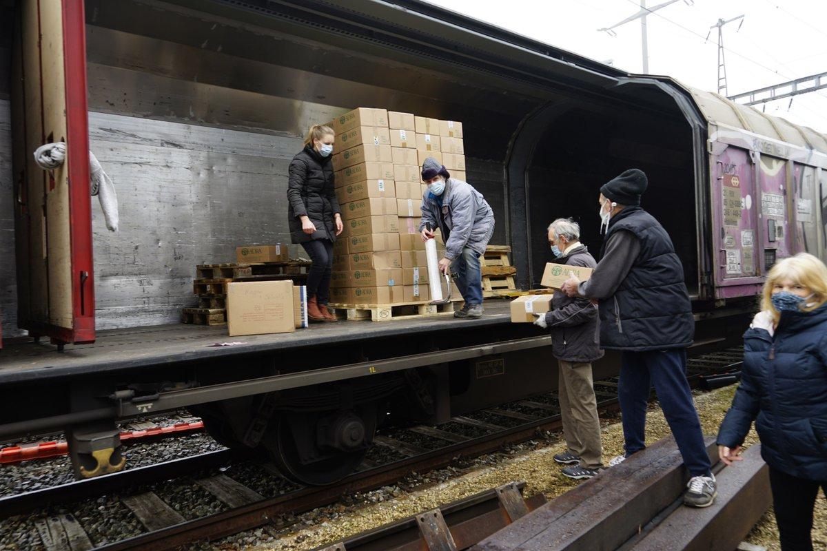 🎄ADRA Schweiz schickt auch dieses Jahr gespendete Weihnachtspakete nach Moldawien. Die Hilfsgüter wurden im Auftrag von TTS Buchs verladen. Der Güterwagen rollt mit SBB Cargo nach Winterthur und Buchs (SG) und dann ostwärts zur ungarisch/rumänischen Grenze. https://t.co/oTpBIKShhJ