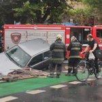 Image for the Tweet beginning: Auto quedó atrapado tras derribar