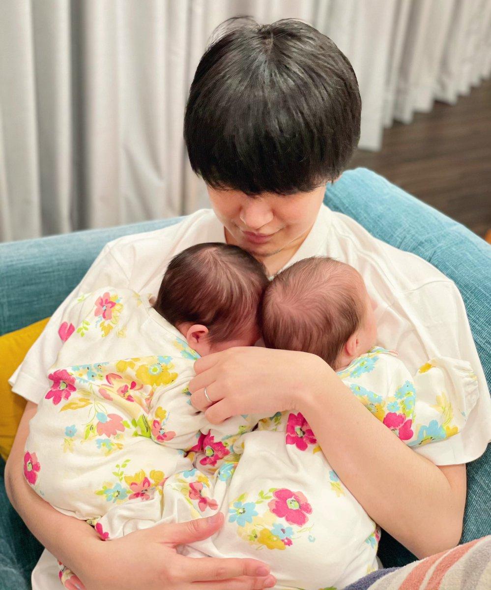 今日は娘達の初予防接種3回注射を打たれ泣いていたがその後の不味い薬は美味しそうに飲んでいた 偉い体重も産まれた時の倍の4000gにもうダブル抱っこ出来なくなりそう