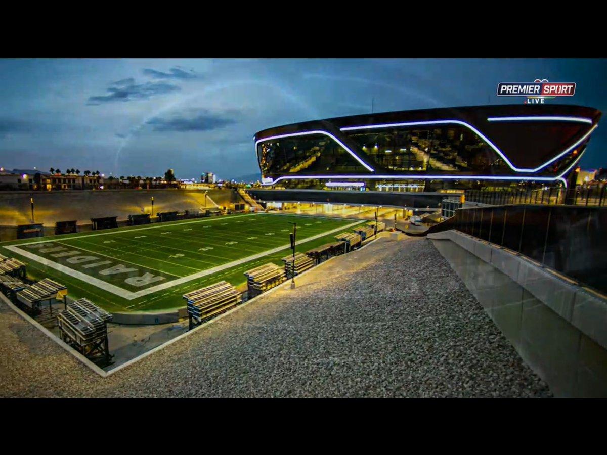 """Pustil jsem si ze záznamu Colts vs. Packers a-s prominutím-""""viděl jsem koňa blit a hada chcat"""", ale to, co se dělo v tomto zápase, jsem ještě neviděl. U Raiders s Chiefs jsem pak nevěděl, jestli být víc v úžasu z výkonů quarterbacků nebo z nového stadionu v Las Vegas. #NFL #sport https://t.co/7QnH5j14o9"""