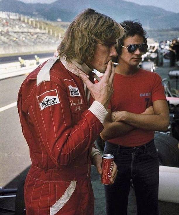 Un puchito, una Coca y largamos.  James Hunt 🇬🇧...un distinto.  #F1 #JamesHunt #McLaren #Coke https://t.co/GSRkkNeCSJ
