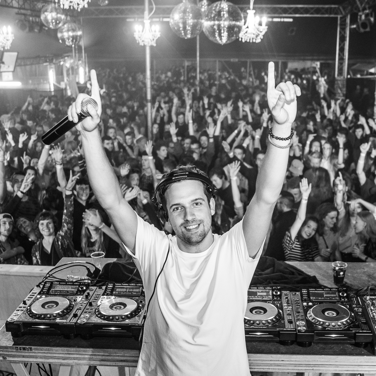 """""""Put your hands up if you want a new remix of '𝗦𝗲𝗺 𝗧𝗵𝗼𝗺𝗮𝘀𝘀𝗼𝗻 - 𝗠𝗶𝘀𝘁𝗮𝗸𝗲𝘀'  Pre-save the new 𝗗𝗲𝗲𝗽 𝗠𝗶𝘅 here •   @semthomasson"""