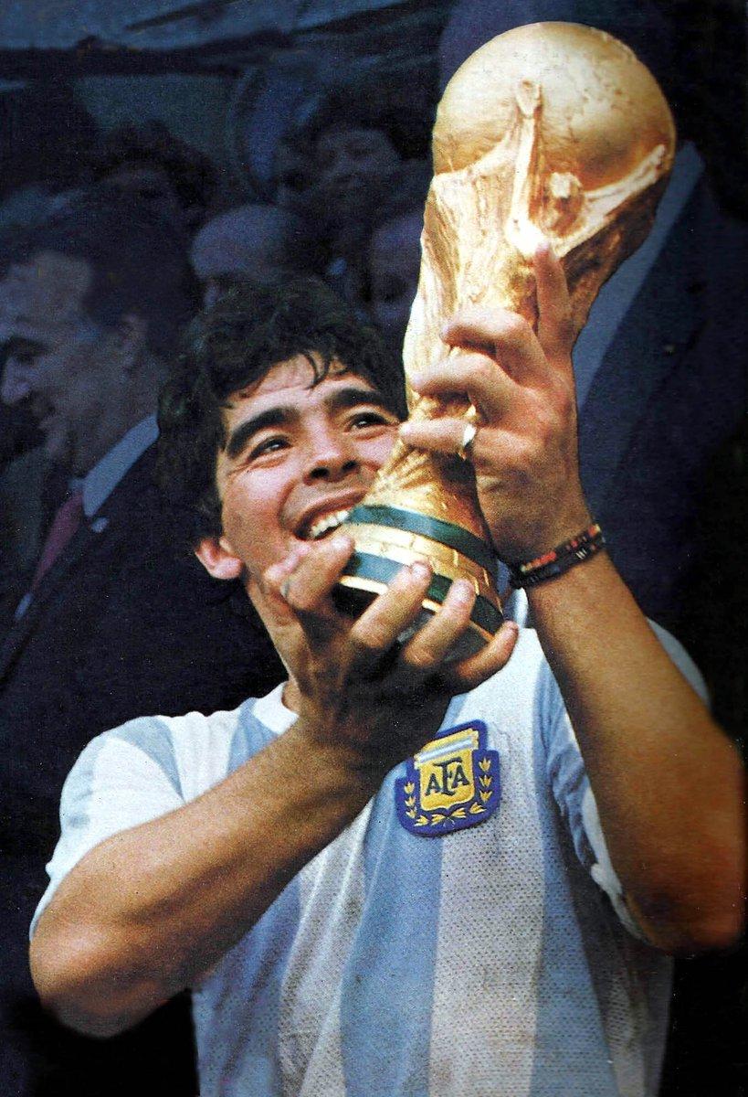 La RFEF desea mostrar sus más profundas condolencias a la @afa y a los familiares y amigos de Diego Armando Maradona por su fallecimiento en el día de hoy.  Disfrutamos de su fútbol en nuestro país y se va dejando un recuerdo imborrable en los aficionados de todo el mundo.  DEP