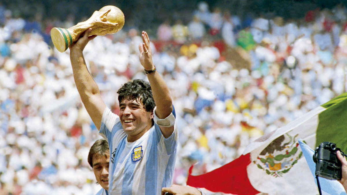 One of the world's biggest sporting legend is no more! Farewell, Diego Maradona ✨