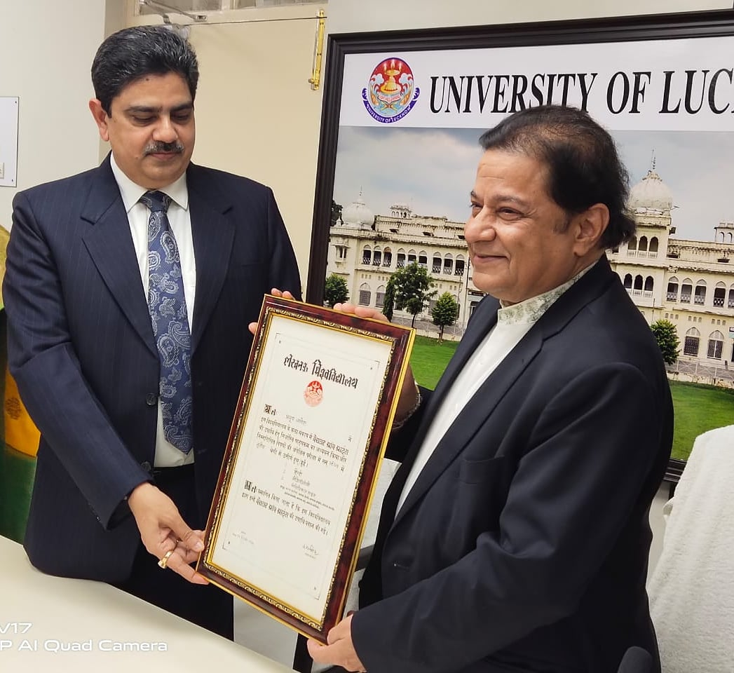 Receiving BA Degree from Vice Chancellor of Lucknow University this afternoon after 47 years 🙏🥳  #ProudMoment #LucknowUniversity #BAPass #AnupJalota #UniversityOfLucknow