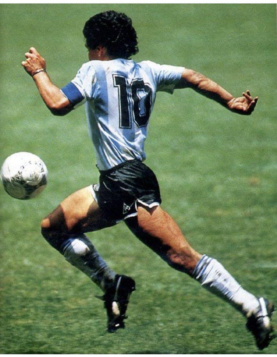 No puedo parar de llorar...es el día que no tendría que haber llegado nunca  Gracias Diego  Gracias 10   #DiegoEterno  Gracias por ser y sentir como futbolista siempre 🇦🇷❤️