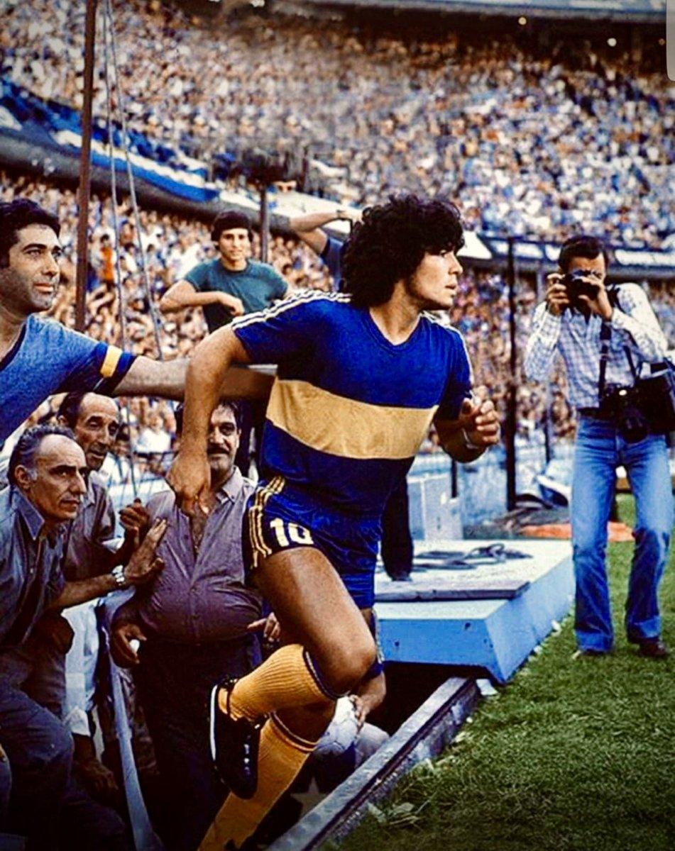 🕊 Que su alma descanse en paz. El Dios del fútbol #maradona10