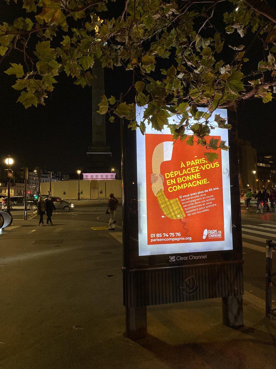 🤝 Nous lançons aujourd'hui la campagne d'affichage de @Paris_en_compag qui figurera sur les panneaux de la Ville de @Paris jusqu'à fin décembre. À l'approche des fêtes, nombres d'aînés sont d'ordinaires isolés et il est à attendre qu'ils soient encore plus nombreux cette année.