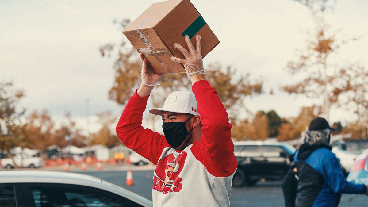 1,400+ turkey roasts donated by 49ers players, coaches, execs & team EQ 1,400 boxes of groceries  350 gallons of @CloverSonoma milk  700+ Bay Area families served  #49ers staff & @2ndharvest came together to distribute groceries & Thanksgiving staples to families in need 🙏 #IGYB