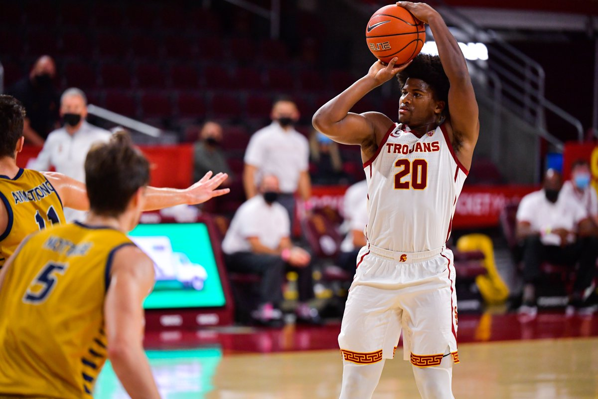 USC starts off the second half strong with a @Nolomit_e three-ball! 👌