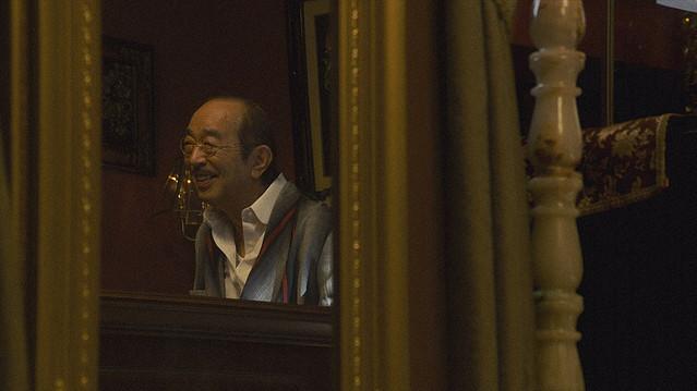 【26日放送回】朝ドラ『エール』志村けんさん、初出し映像で再登場偶然撮れていた、共演者のNGに思わず笑った鏡越しのオフショット。しかめ面だった小山田耕三が最後に柔和な笑顔を披露した。