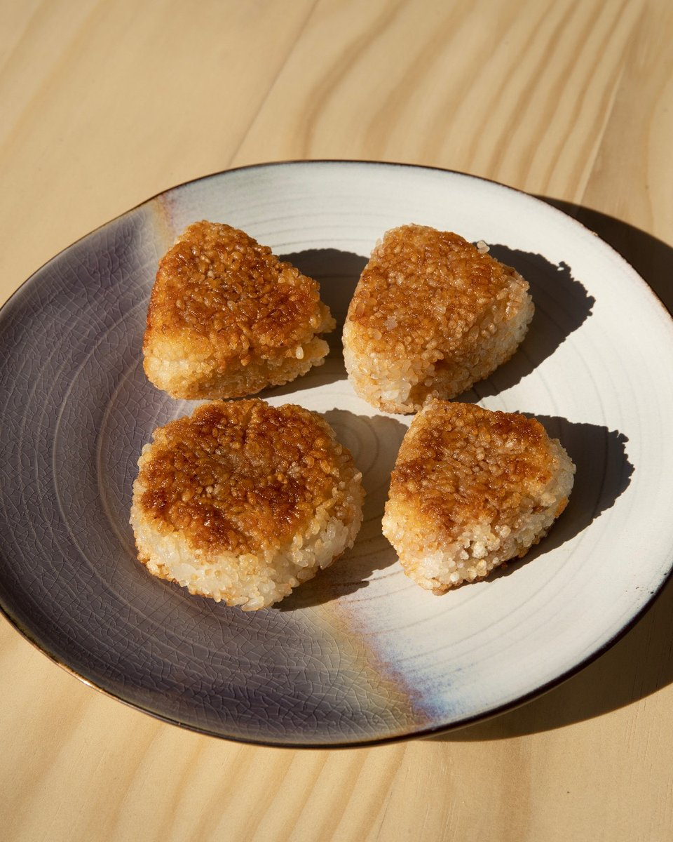 We haven't cooked the turkey yet, but we're already thinking about the Thanksgiving leftovers. Instead of sandwiches, try managing editor @alysewhitney's turkey & gravy yaki onigiri, a crispy Japanese-style rice ball stuffed with turkey & gravy. Recipe 👉