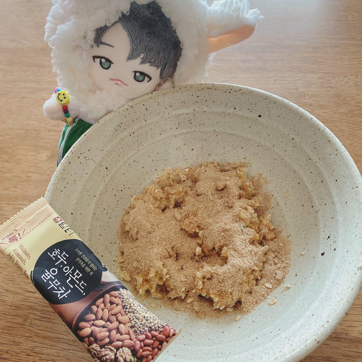 今日のお昼ご飯はオートミールにユルム茶の粉をかけたやつ😋🍴 お水少なめに作ったモチモチのオートミールに甘い粉が合ってて、ナッツも入ってるし美味しくて好き!❤️  #tomorrowxtogether #yeonjun #TXT #투모로우바이투게더 #연준 #TXT_연준 #ぬい撮り #ぬいぐるみ #我が家のヨンジュンぬいちゃん