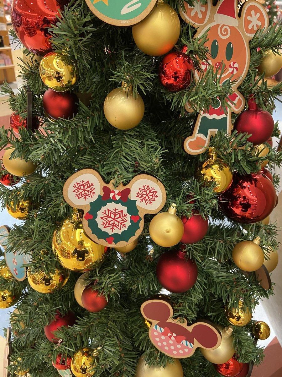 #ディズニーストア にもクリスマスがやってきました🎄  画像は東京ディズニーリゾート店のスペシャルデコレーション✨  全国のディズニーストアではクリスマスのプレゼント選びをお電話でも承り中🎁 詳細👉https://t.co/dndAhnjuKp ※一部対象外ストアあり https://t.co/YkuKKuXNVl
