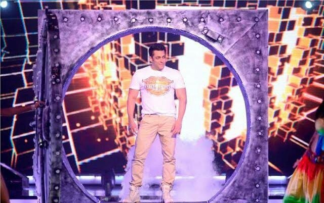 #SalmanKhan & #jacquelinefernandez  On Jhalak Dikhhla Ja Show During Kick Promotion (2014)