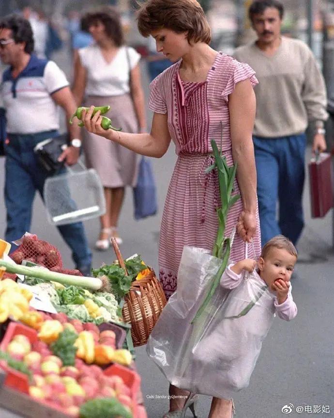 ブタペストで子供を買い物袋に入れて市場で買い物していたお母さんと娘が30年後に同じ写真を撮ってみた。