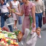 子供を買い物袋に入れて市場で買い物していたお母さん・娘が30年後に同じ写真を・・・。袋に子供とはすごいwww