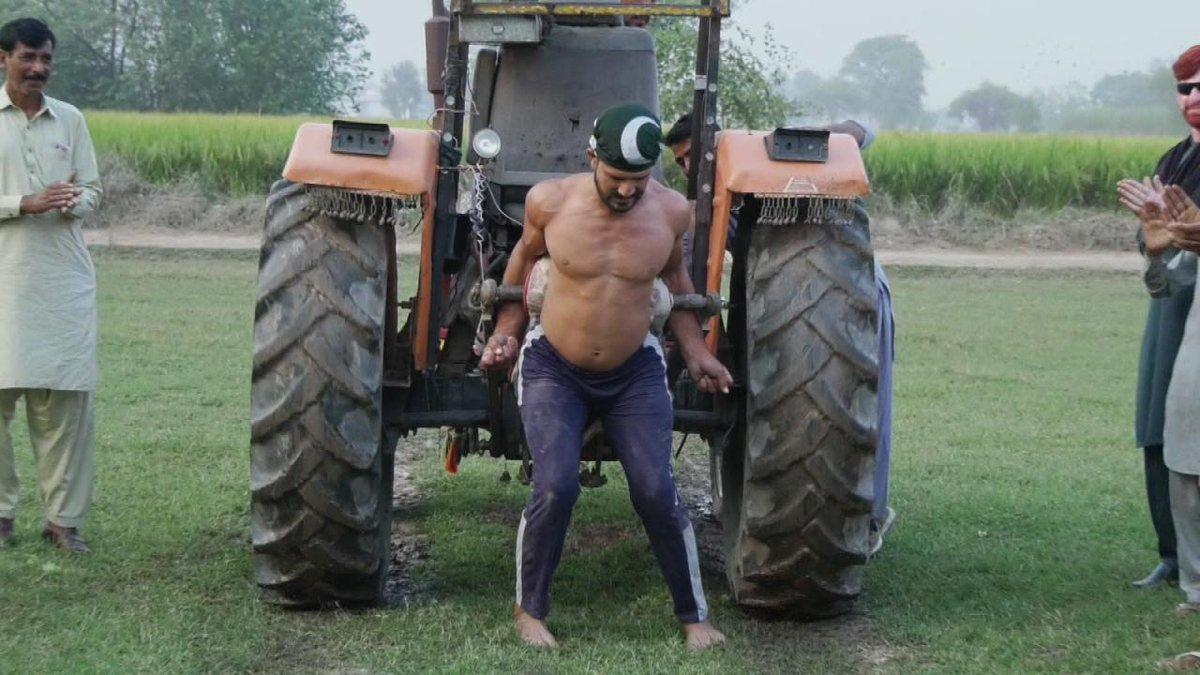 Replying to @SabahAlarabiya: باكستاني يرفع جرارا زراعيا بيديه!  #صباح_العربية