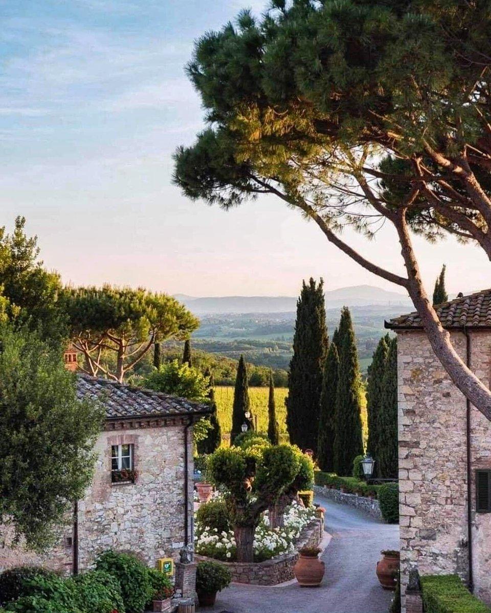 🇮🇹 Borgo San Felice, Castelnuovo Berardenga, Siena, Toscana 📷 Carmen Escobar  #borgosanfelice #castelnuovoberardenga #siena #toscana #tuscany #view #feild #magic #romantic #amazing #beautiful #instagood #autumn #amazingphoto #amazingphoto #photooftheday #travel #travelplace #ita