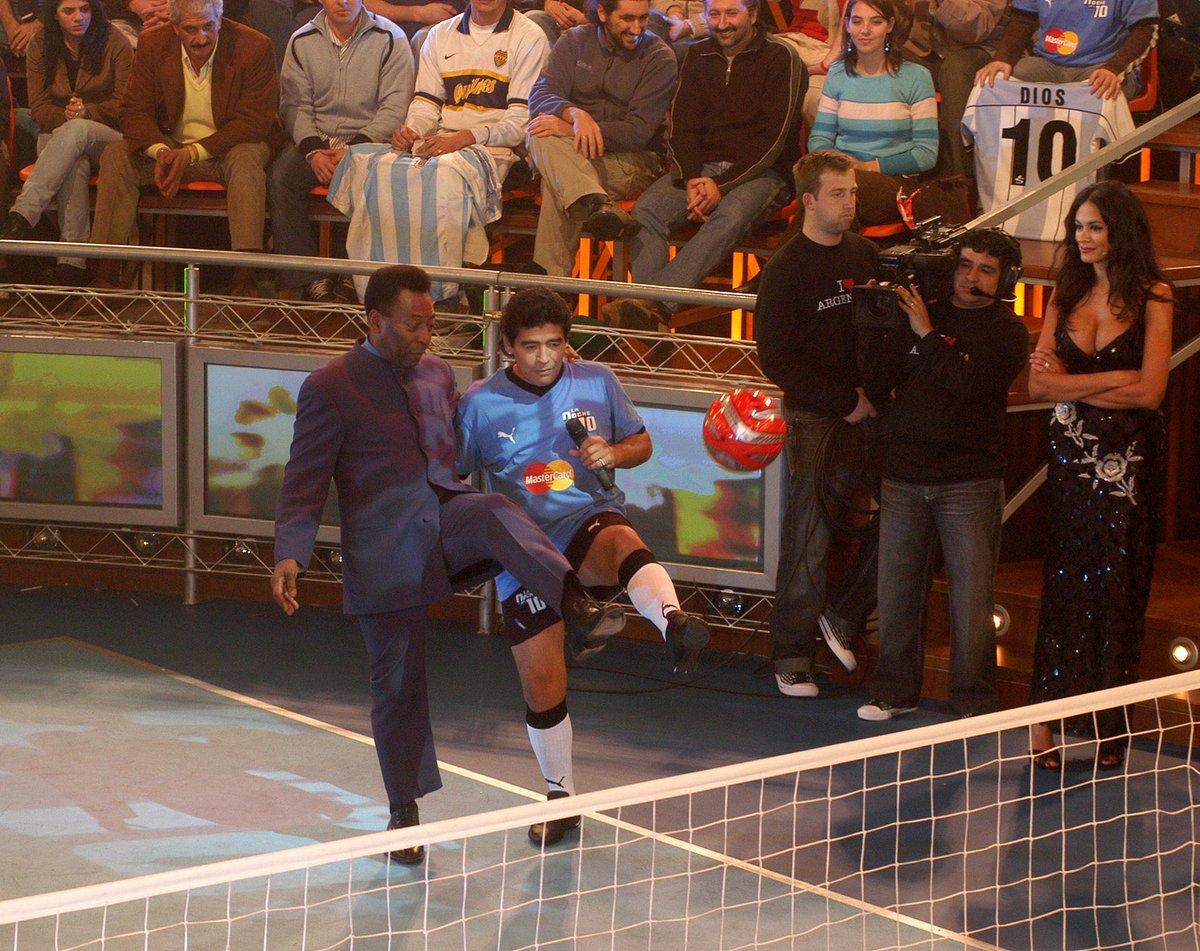 Pele y Diego Armando Maradona en el fútbol tenis durante el programa ''La Noche del Diez'' en 2005.  #ElDiego #Pelusa #Pele #Pele80 #D10S  #Brasil #Argentina #Maradona