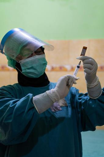 La pandemia está sobrecargando los sistemas de salud en  Indonesia y muchos niños están quedando sin sus vacunas de rutina. Apoyamos los sistemas sanitarios en Java Central, para que todos los niños estén vacunados. Son #PequeñasSoluciones que salvan vidas