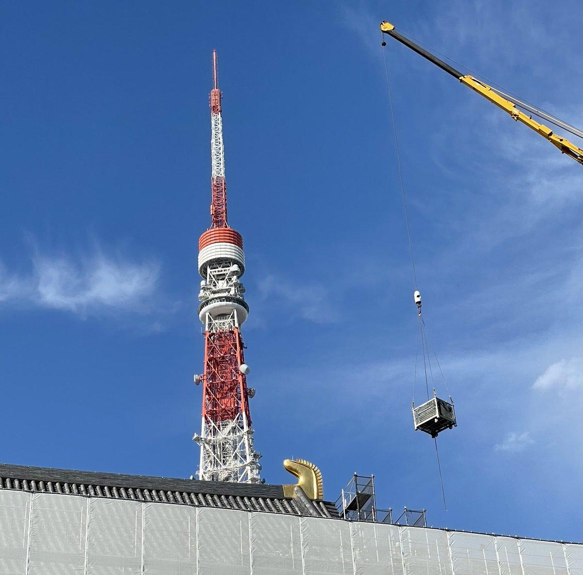 大殿屋根瓦総葺き替え工事はおかげさまで順調に進んでおり、最上部の鴟尾(しび)付近まで足場がかかりました。#増上寺 #瓦志納 #zojoji