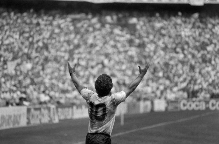 Un día triste para el mundo, se va un gran pedazo del fútbol, pero tú recuerdo estará por siempre vivo con nosotros!! Un saludo para familiares y amigos. Descansa en Paz, Diego!