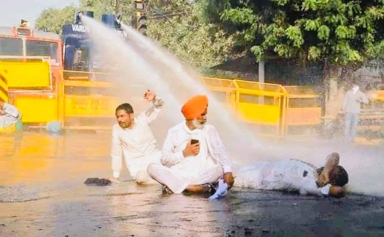 @yadavakhilesh कोई जाकर के कह दे ये संसद के गलियारों से, हम किसान हैं डरते नहीं हम पानी की बौछारों से !