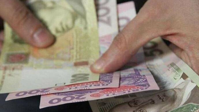 Кому и насколько в Украине с 1 декабря и в 2021 году будут повышать пенсии  С 1 декабря прожиточный минимум для нетрудоспособных лиц повышается с нынешних 1712 грн до 1769 грн – на 57 грн, или на 3,3%. Соответственно, 1769 грн будет составлять минимальная пенсия  #Украина #пенсии https://t.co/kaiGDjI1EC