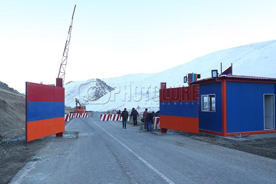 Quỳ xuống và cầu nguyện: Cuộc sống ở ngôi làng Armenia cách quân Azerbaijan chỉ 9 km - Ảnh 12.