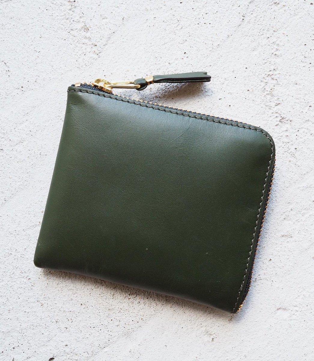 小さい財布を探して早数年、クラフト系からハイブランドまで片っ端まで見たけど求めていたものがギャルソンにあった…ショップのお姉さんに教えてもらった真ん中のポケットじゃなく手前を小銭入れにする使い方がミソ。長財布時代と中身ほぼ一緒なのに小さい軽い薄いで超感動…!お値段も1万円くらいよ