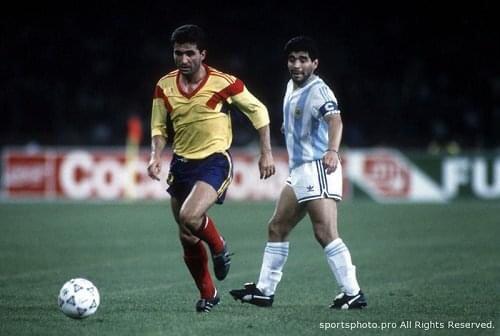 Futbol tarihinin sansasyonel iki Sol'u ayni karede...18.06.1990 Italya'90 #Hagi #Maradona https://t.co/yBmNlQa93l