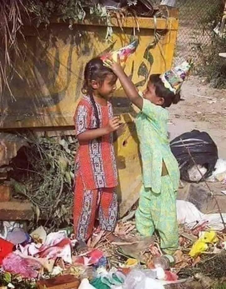 ये तस्वीर बदलनी चाहिए.... ज़िद यही हर भारतीय दिल मे होनी चाहिए...  किसी का फेंका कचरा किसी के सिर का ताज ना बने... हर किसी को वही खुशियां, वही शिक्षा, वही बचपन मिले जैसा हम अपने बच्चों के लिए चाहते हैं. इसके लिए सभी मिलकर, यथासंभव प्रयास करें.🙏  Pic -Social Media. https://t.co/lCsVmMhGe9