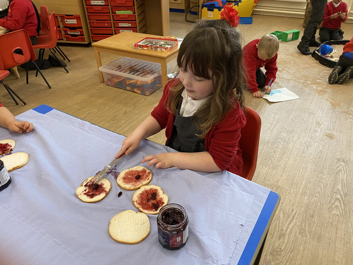 We've been reading a story about jam in our Read, Write, Inc. lessons and the group wanted to try different jams! We tried cherry, blackberry, strawberry and raspberry and are going to show our favourite on a bar chart tomorrow! #jam #LorneP1 @RuthMiskinEdu