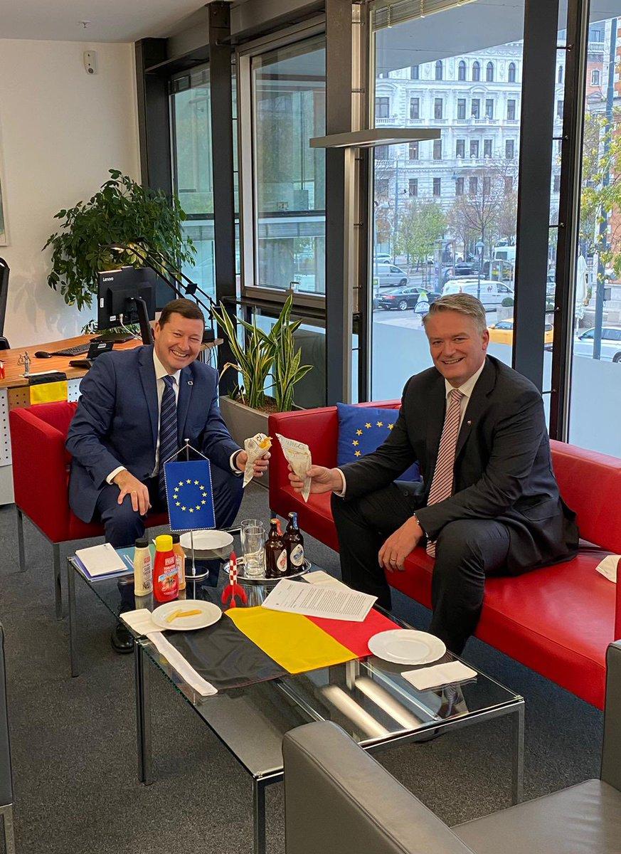 Am Tag des 🇪🇺🇦🇺-Videogipfels war es eine besondere Freude, meinen Freund @MathiasCormann in Wien zu begrüssen. Wir haben über frühere G20-Treffen & die Stärkung des Multilateralismus in Gesundheits-, Klima-, Steuer- & Handelsfragen gesprochen. Dazu gabs 🍟🇧🇪 #EuropäischeWurzeln